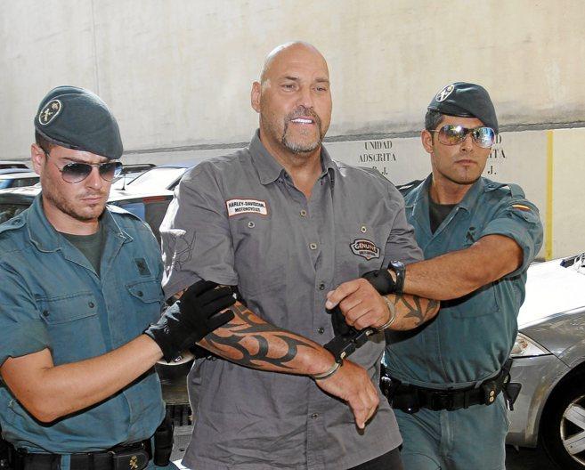 Frank Hanebuth (centro), en su pase a disposición judicial en Palma...