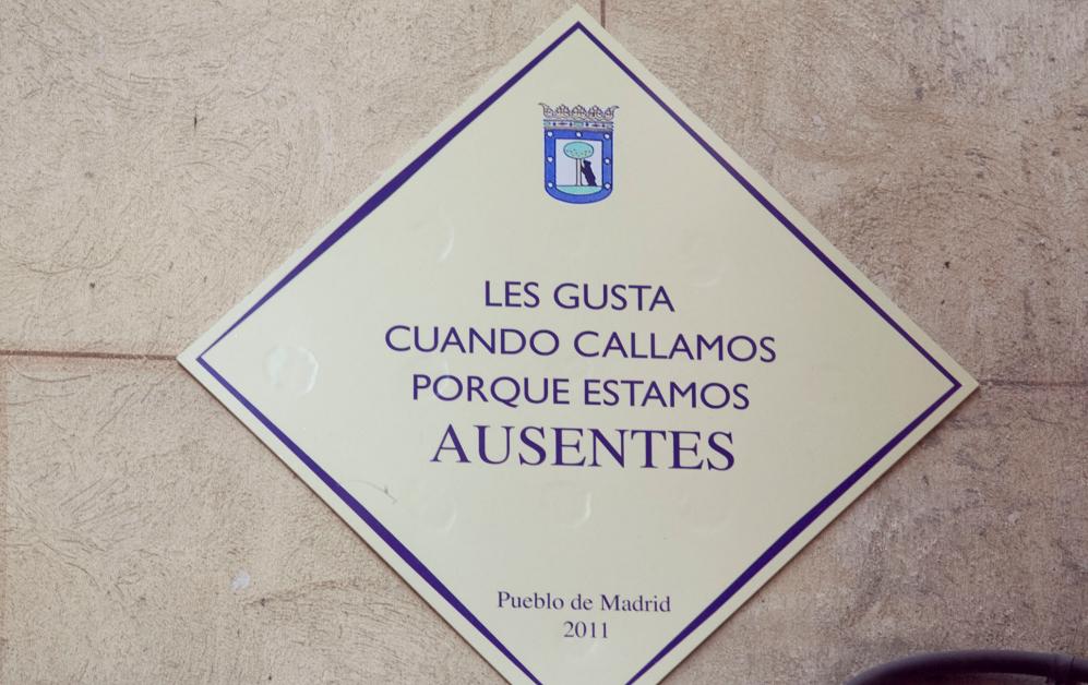 Una de las placas ficticias que adornaron las calles durante el 15M,...