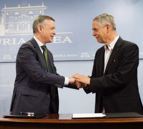 Iñigo Urkullu, y el presidente de la Fundación Novia Salcedo, Luis...