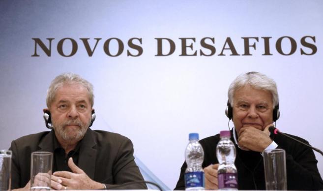 González, junto al ex presidente brasileño, durante el debate...
