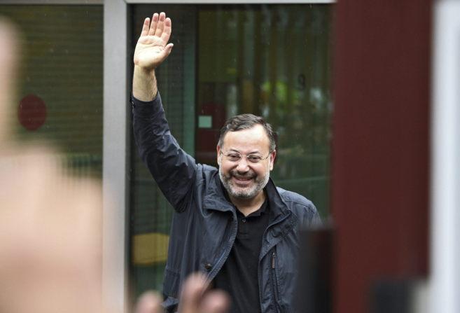 Ahmed Mansur saluda tras su liberación.