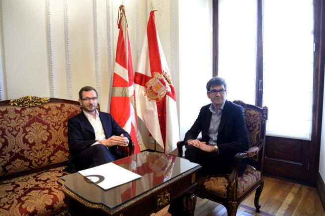 El alcalde de Vitoria, Gorka Urtaran, durante la reunión con el...