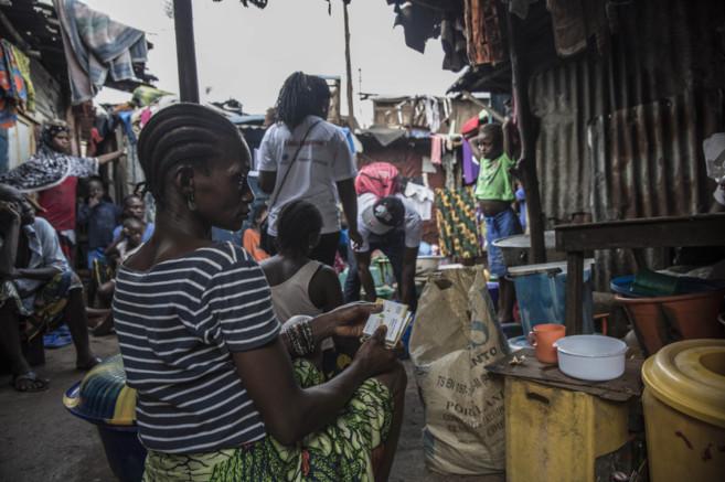 Una mujer con antimaláricos en Freetown, Sierra Leona.