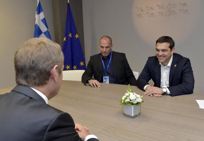 El primer ministro griego, Alexis Tsipras, y el ministro de economía...