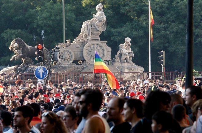 Imagen del desfile del Orgullo de 2013 a su paso por la plaza de la...