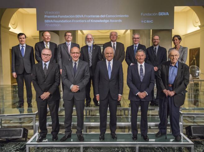 El presidente de la Fundación BBVA, Francisco González, rodeado por...