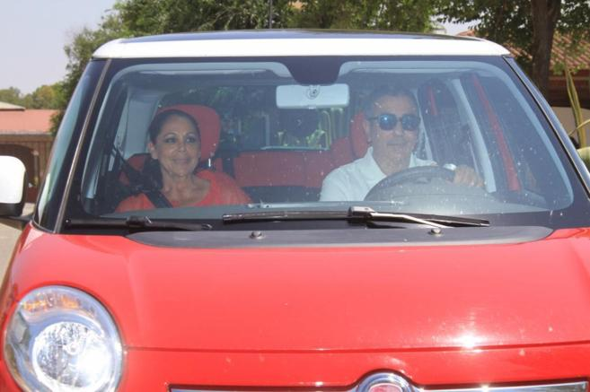 La tonadillera, en un coche junto a su hermano Agustín, abandonando...