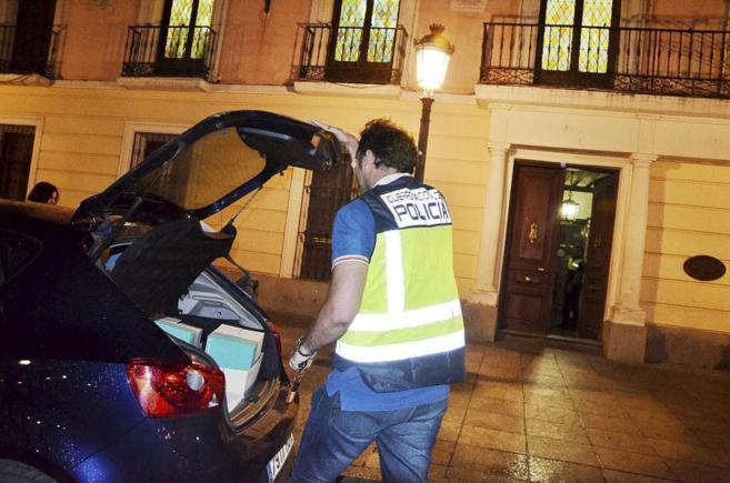 Los agentes de la Brigada de la Policía Judicial, anoche, a la salida...