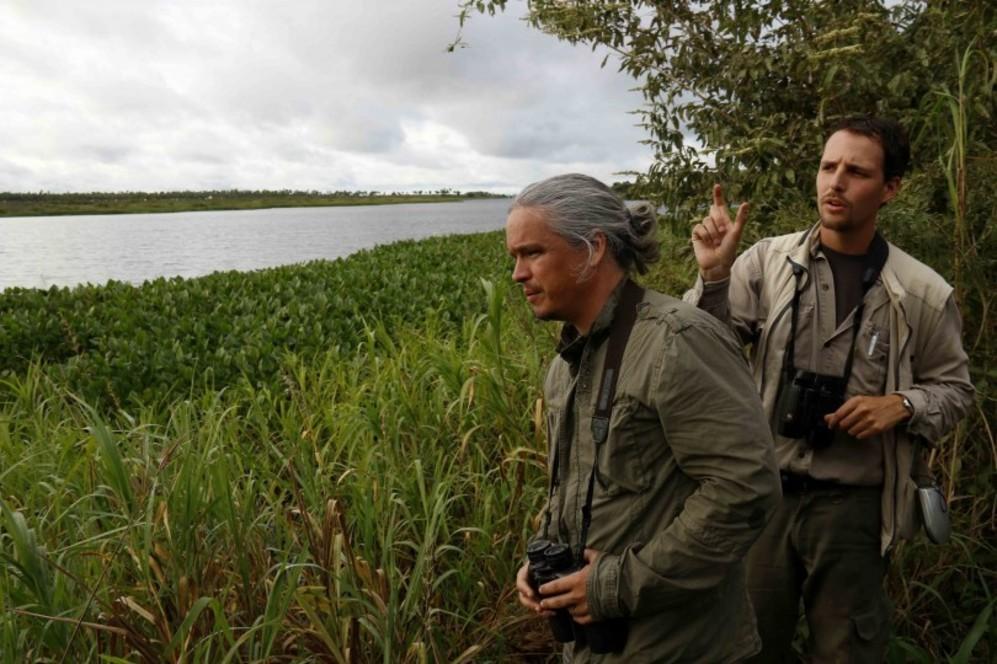 El paraguayo Sebastián Peña Escobar (izquierda) con un un voluntario...