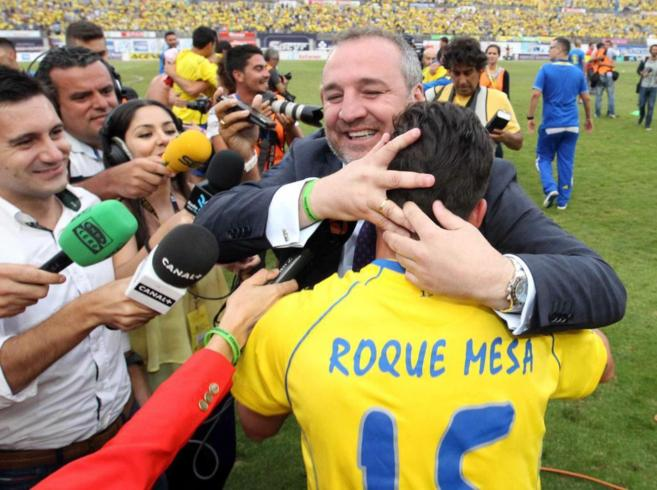 Miguel Ángel Ramírez celebra con un jugador de Las Palmas el ascenso...