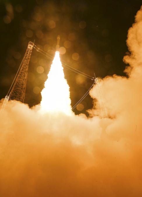 El cohete Vega con el satélite Sentinel a bordo, instantes después...