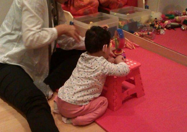 La pequeña Inés, durante su terapia de estimulación.