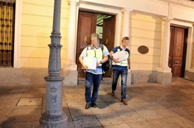 Dos agentes de la UDEV saliendo del Ayuntamiento el pasado martes por...