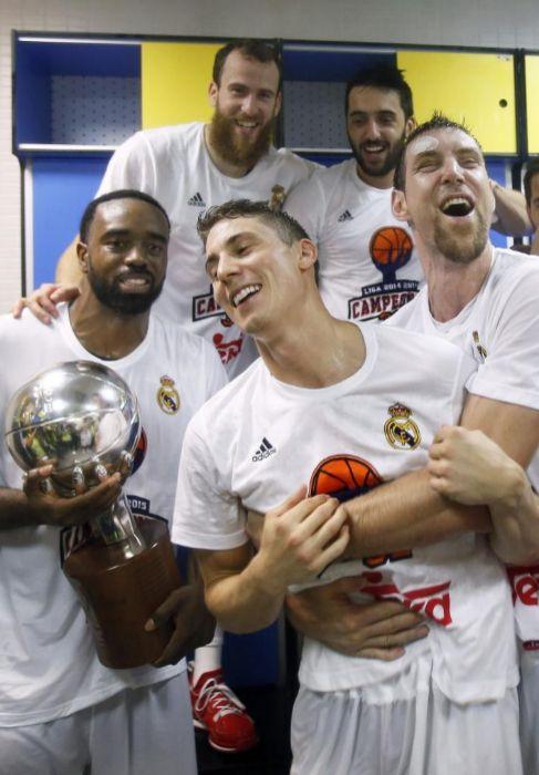 Rivers, Rodríguez, Carroll, Campazzo y Nocioni, con el título en el...