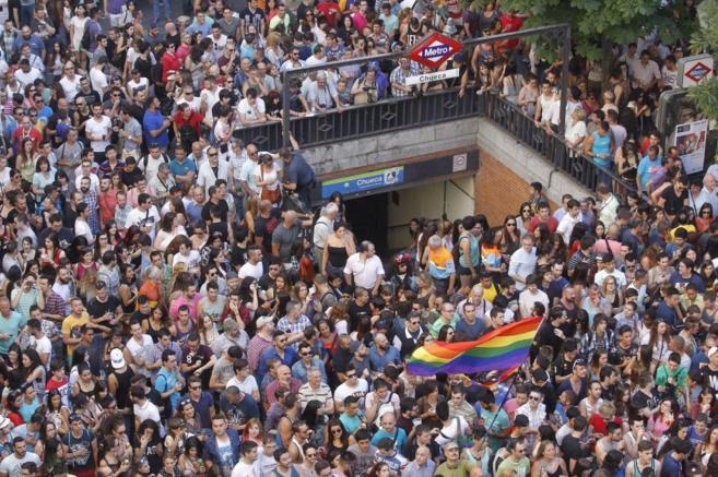 Asistentes a las fiestas del Orgullo Gay de 2014 en la plaza de...