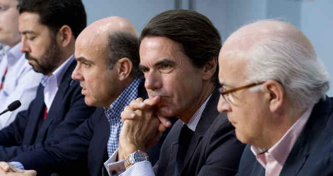 El ex presidente Aznar, entre Luis de Guindos y Javier Zarzalejos en...