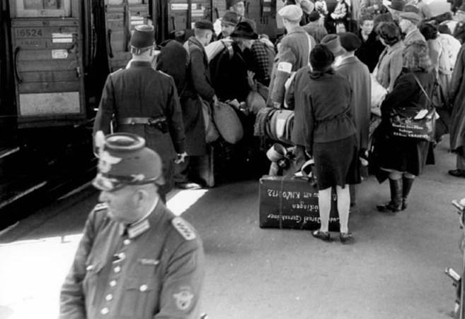 Judíos subiendo a un tren de deportación bajo la supervisión de la...