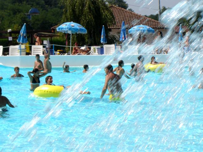 Niños en una piscina.