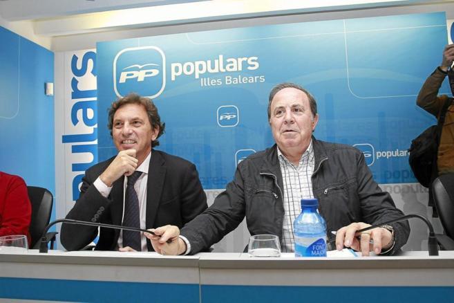 José María Rodríguez junto a Mateo Isern en una junta regional del...
