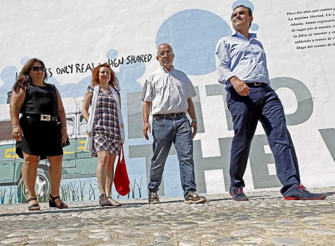 El alcalde de L'Alfàs del Pi y los organizadores del festival.