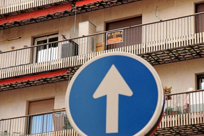 Un cartel de 'Se alquila' en un balcón de un piso en...