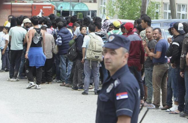 Inmigrantes, procedentes de Siria, Pakistán y Afganistán, esperan...