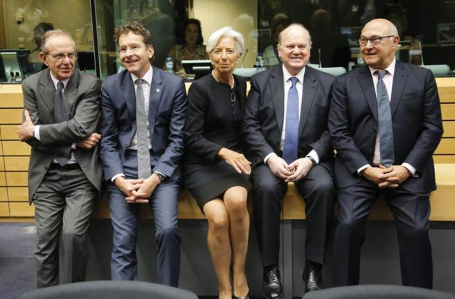 La directora dl FMI, Christine Lagarde, flanqueada por varios...