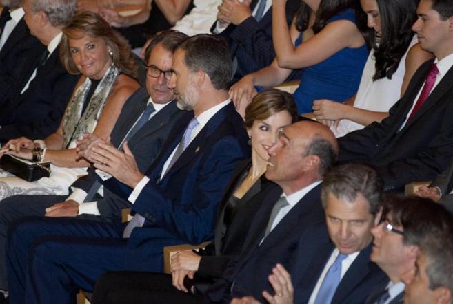Felipe VI habla con Artur Mas en un momento del acto.
