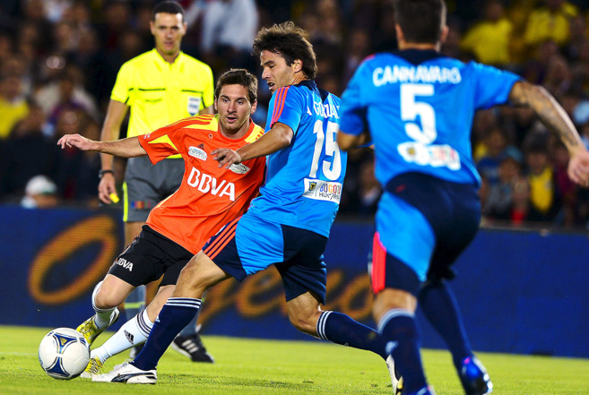 Messi, a la izquierda, y el uruguayo Álvaro González, en un partido...