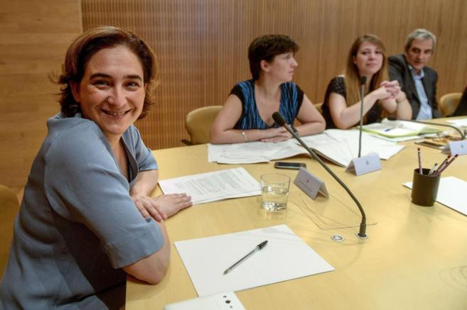 La alcaldesa de Barcelona, Ada Colau, durante una reunión de su...