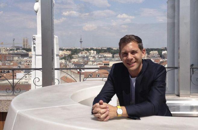 Romain Puértolas, en una terraza de la Plaza 'Santa Ana' de...
