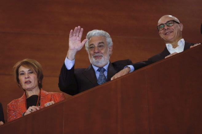 Plácido Domingo, entre la soprano María Bayo y el director musical...