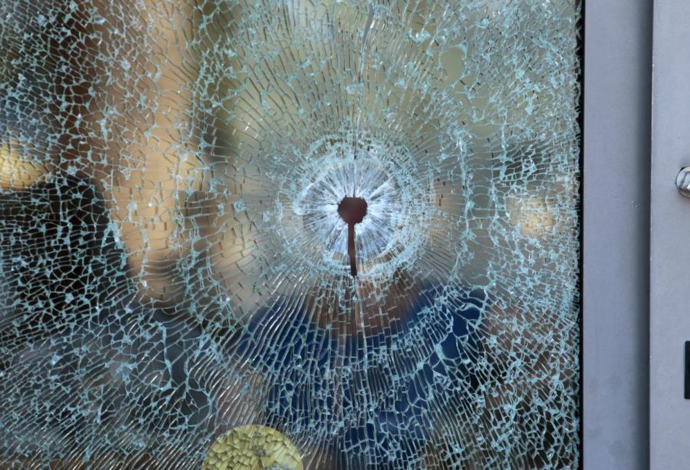 Uno de los disparos realizados por los asaltantes atravesó una de las...