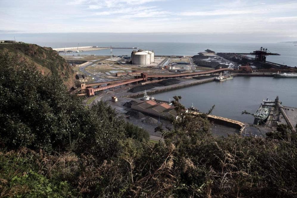 La regasificadora del puerto de El Musel, que permanece cerrada sin...