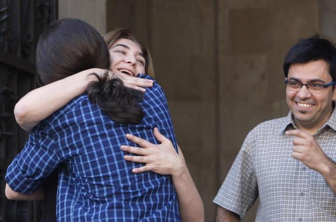 Colau se abraza a Pablo Iglesias en presencia de su 'número...