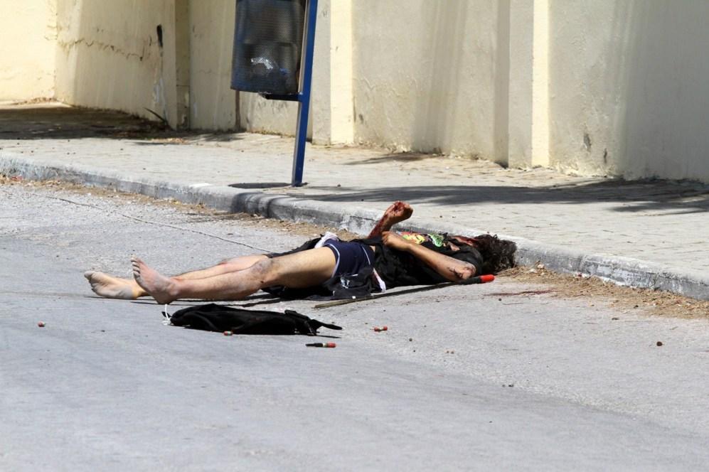 El cuerpo de un terrorista que disparó en la playa de Susa yace en la...
