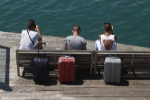 Tres turistas en el Moll de la Fusta de Barcelona
