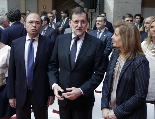 Mariano Rajoy, con Pío García-Escudero y Fátima Báñez, en el...
