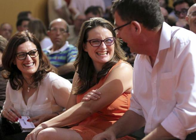Maria Josep Ortega y Mònica Oltra bromean con Enric Morera en el...