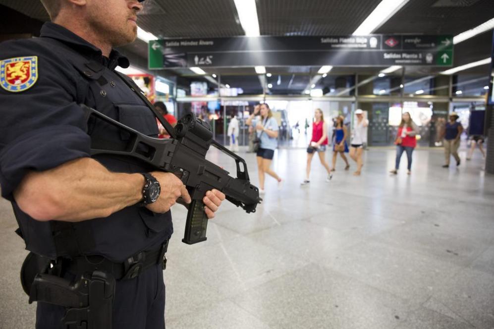 Un miembro de la Policía Nacional vigila en la estación de Atocha...