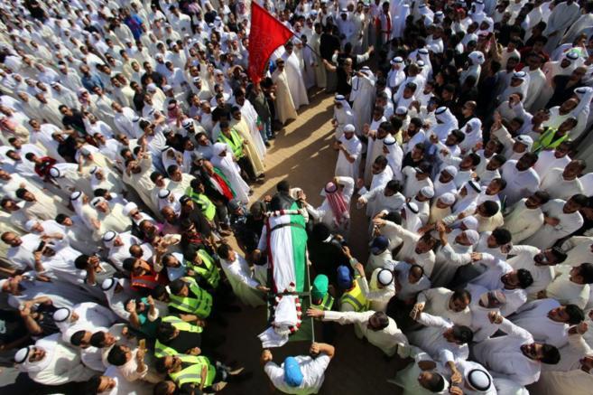 El cadáver de una víctima del atentado, envuelto en la bandera...