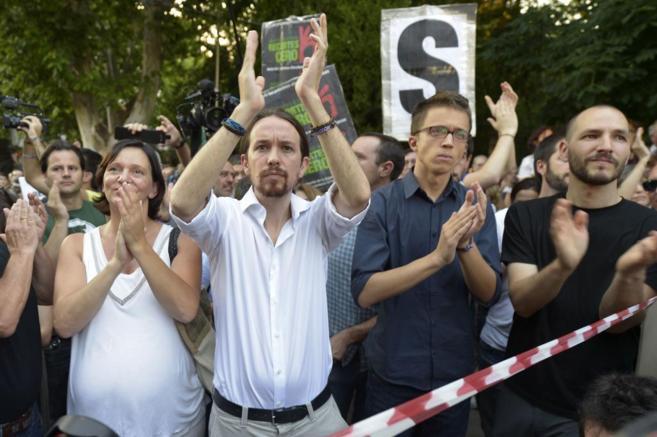Carolina Descansa, Pablo Iglesias e Íñigo Errejón, en...