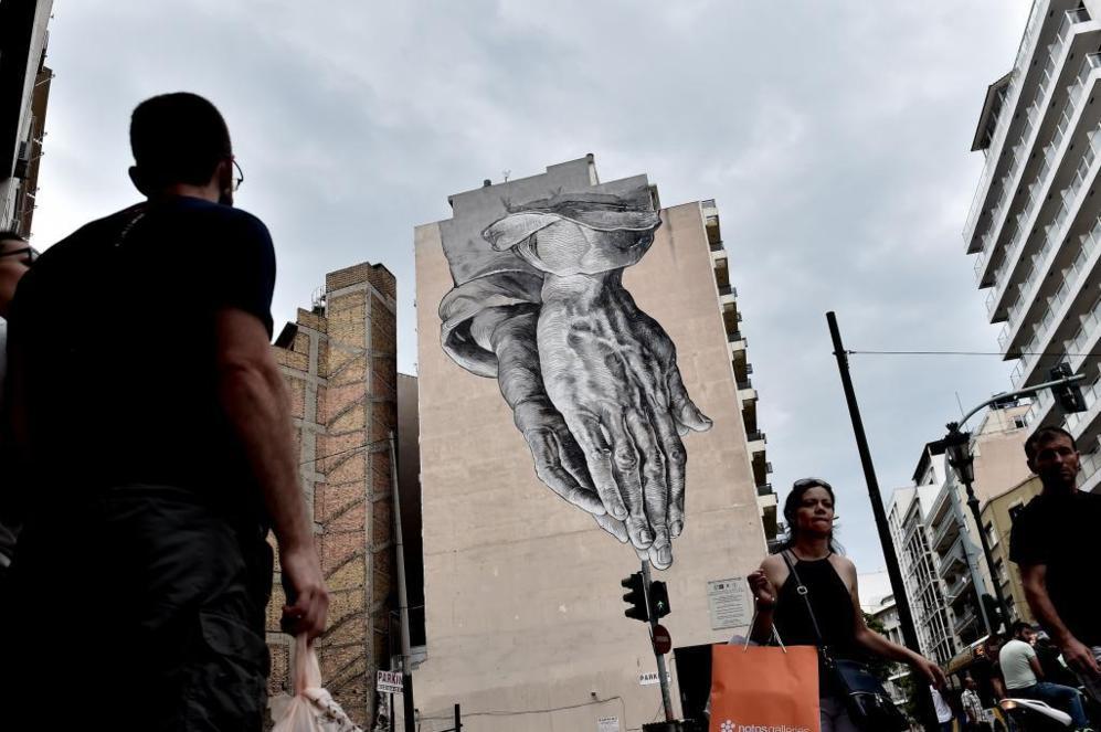 Varios ciudadanos en el centro de Atenas, después de conocer el...