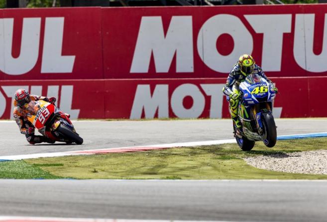 Rossi se salta la última curva tras colisionar con Márquez en Assen