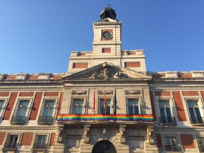 La bandera arcoíris luce en la sede de la Comunidad de MAdrid.