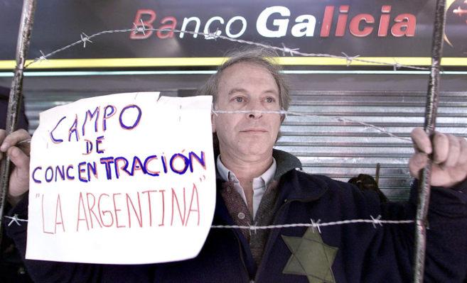Un argentino protesta por el corralito bancario decretado por el...