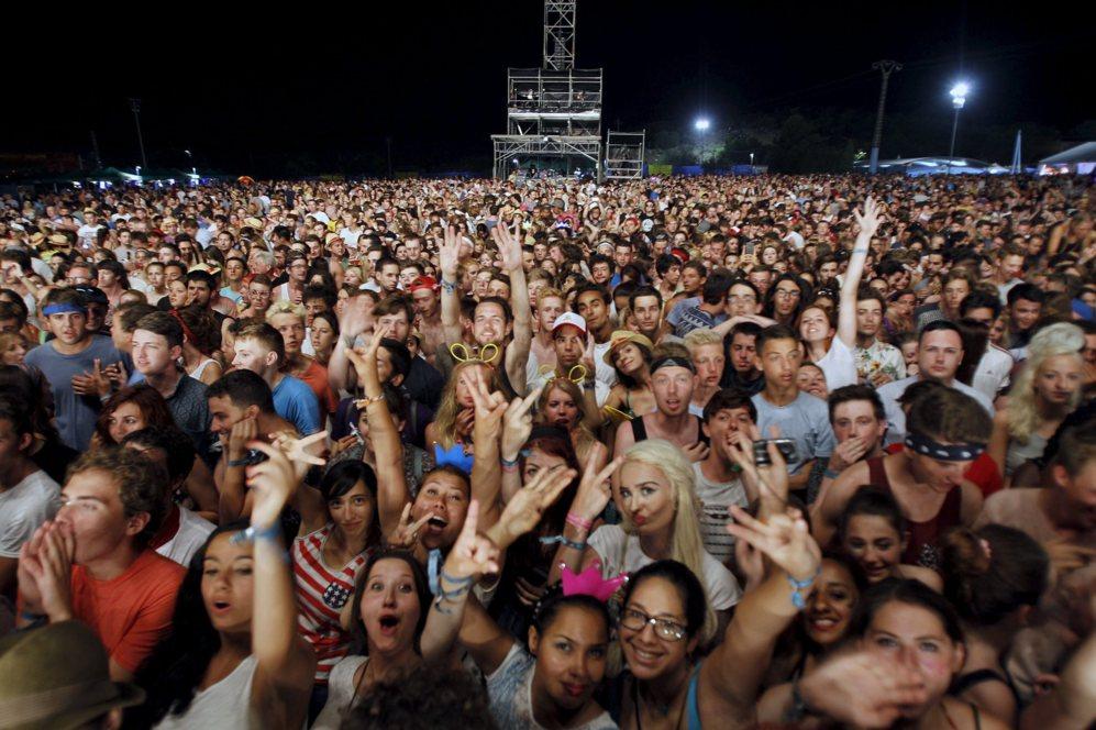 Público en un festival de música veraniego en España.