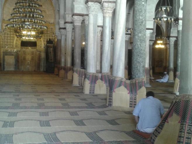 Hombres rezando y estudiando en la Gran Mezquita de Kairuan.