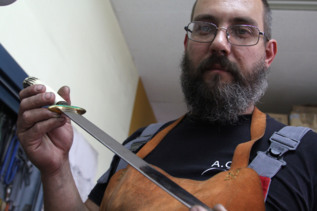 José Galocha, en su taller de afilado