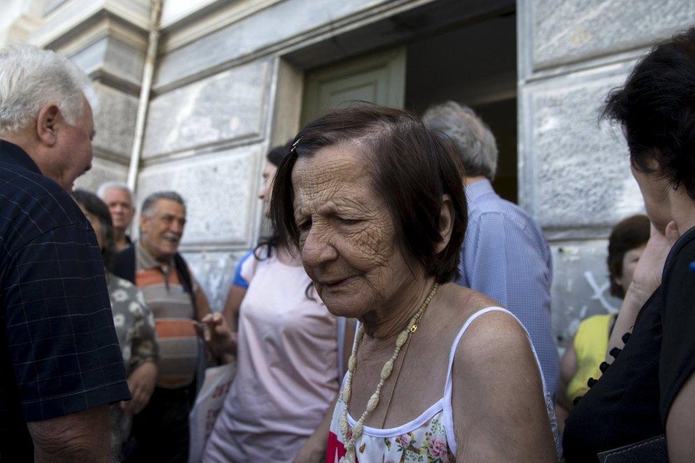 En enero de 2015, la pensión media ascendía a 713 euros al mes para un griego y la complementaria, a 169 euros. Desde 2010, a través de programas de austeridad sucesivos, han disminuido entre un 10% y un 15% en las pensiones más bajas (las de menos de 500 euros por mes) y más de un 45% para cantidades más altas. Según las cifras de la OCDE que recoge 'Le Figarò', para 2013, la pensión media anual fue de  20.100 en Grecia contra los 32.400 euros de los países de la OCDE. | REUTERS
